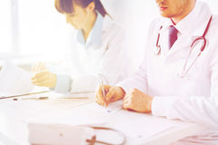 Papel da prescrição da escrita do doutor e da enfermeira Foto de Stock Royalty Free