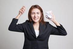 Papel de amarrotamento asiático forçado da mulher Imagem de Stock