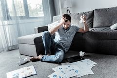 Papel de amarrotamento infeliz deprimido do homem Fotografia de Stock