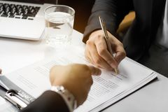 Papel de assinatura do contrato do homem de negócios com sócio, acordo do alcance Imagem de Stock