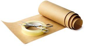 Papel de Brown e fita pegajosa e tesouras prontos para Imagem de Stock Royalty Free