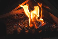 Papel de cozimento da casa da inflamação para o aquecimento doméstico de aquecimento no inverno e a mola autonomamente em uma cas foto de stock