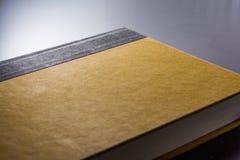 Papel de cubierta duro en blanco amarillo Front Book Pages Black Desk Imagenes de archivo