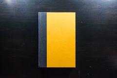 Papel de cubierta duro en blanco amarillo Front Book Pages Black Desk Fotos de archivo