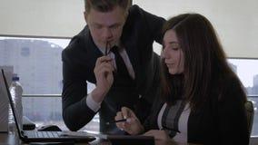 Papel de director Sets The Task On a un trabajador de mujer en la oficina almacen de metraje de vídeo