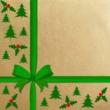 Papel de embalaje de Brown con una cinta roja Foto de archivo libre de regalías