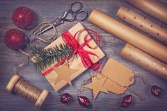 Papel de embalaje y un regalo Imagen de archivo