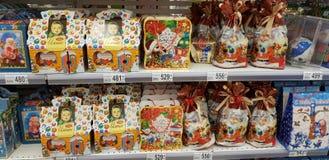 Papel de embrulho do Natal com os doces no supermercado imagens de stock