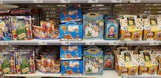 Papel de embrulho do Natal com os doces no supermercado imagem de stock