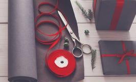 Papel de embrulho Presente de Natal moderno de empacotamento em umas caixas Fotografia de Stock Royalty Free