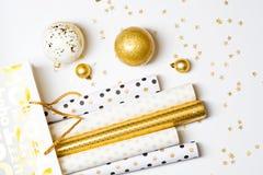 Papel de envolvimento do Natal e bolas douradas Fotos de Stock