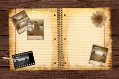 Papel de escola alinhado sujo em uma pasta Foto de Stock