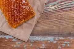 Papel de Honey Comb e de Brown na madeira velha foto de stock royalty free