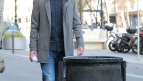 Papel de jogo do homem ao escaninho de lixo filme