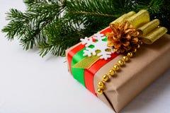 Papel de Kraft que envuelve el regalo de la Navidad adornado con el copo de nieve Fotografía de archivo libre de regalías