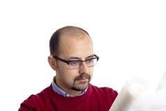 Papel de la lectura del hombre Imagen de archivo libre de regalías