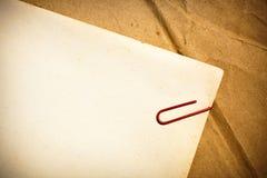 Papel de la vendimia con el clip de papel Foto de archivo libre de regalías
