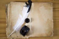 Papel de la vendimia con la pluma y el inkwell de la tinta foto de archivo libre de regalías