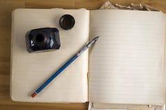 Papel de la vendimia con la pluma y el inkwell de la tinta Fotos de archivo
