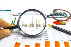 Papel de las cartas y de gráficos Financiero, el considerar, estadísticas, datos analíticos de la investigación y concepto de la  fotografía de archivo libre de regalías
