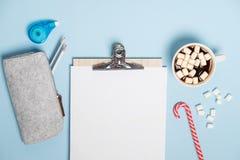 Papel de las metas del Año Nuevo, cacao caliente con las melcochas en un tabl azul Fotos de archivo libres de regalías