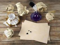 Papel de letra vazio na tabela de madeira com pena e tinteiro Foto de Stock Royalty Free