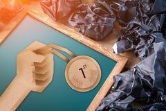 Papel de medallas de oro que gana cortado en la pizarra fotos de archivo libres de regalías