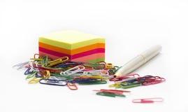 Papel de nota adhesivo, con los paperclips y la pluma Imagenes de archivo