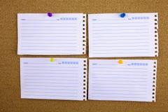 Papel de nota alinhado com fita pegajosa Parte de papel no quadro de mensagens branco, escritório e negócio estacionários, espaço Imagem de Stock Royalty Free
