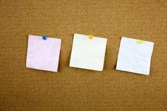 Papel de nota alinhado com fita pegajosa Parte de papel no quadro de mensagens branco, escritório e negócio estacionários, espaço Imagem de Stock