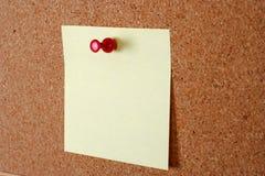 papel de nota amarelo com a aderência na cortiça Imagem de Stock