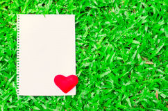 Papel de nota branco vazio com coração vermelho no fundo de vidro Fotos de Stock