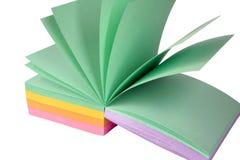 Papel de nota coloreado oficina imagenes de archivo