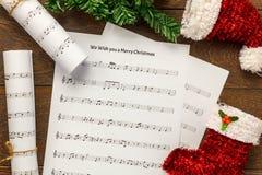 Papel de nota da música do Natal da vista superior com decoração o do Natal Imagens de Stock