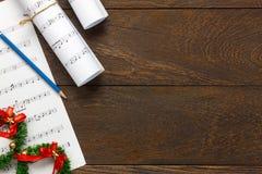 Papel de nota da música do Natal da vista superior com decoração o do Natal Foto de Stock