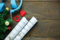 Papel de nota da música do Natal da vista superior com decoração o do Natal Imagem de Stock