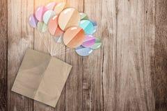 Papel de nota de Brown com corte do papel da forma dos balões Imagem de Stock
