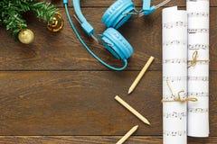 Papel de nota de la música de la Navidad de la visión superior con la decoración a de la Navidad Fotografía de archivo