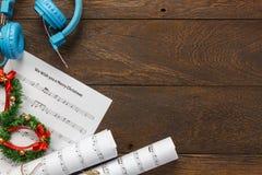 Papel de nota de la música de la Navidad de la visión superior con la decoración a de la Navidad Fotos de archivo