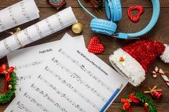Papel de nota de la música de la Navidad de la visión superior con la decoración a de la Navidad Imagen de archivo
