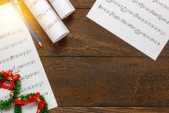 Papel de nota de la música de la Navidad de la visión superior con la decoración o de la Navidad Fotografía de archivo libre de regalías