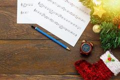 Papel de nota de la música de la Navidad de la visión superior con la decoración o de la Navidad Fotos de archivo libres de regalías