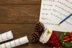 Papel de nota de la música de la Navidad de la visión superior con la decoración o de la Navidad Imagen de archivo