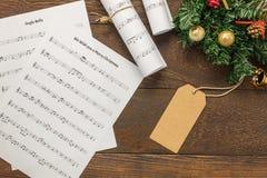 Papel de nota de la música de la Navidad de la visión superior con la decoración o de la Navidad Foto de archivo libre de regalías