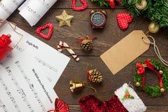 Papel de nota de la música de la Navidad de la visión superior con la decoración o de la Navidad Fotos de archivo