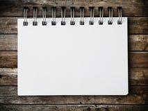 Papel de nota em branco no painel de madeira Imagens de Stock Royalty Free