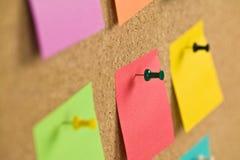 Papel de nota em uma placa de boletim da cortiça Imagens de Stock