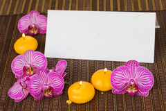 Papel de nota en blanco con las flores y las velas del balneario Imagenes de archivo