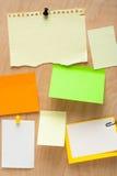 Papel de nota na placa de madeira Fotografia de Stock
