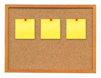 Papel de nota três na placa da cortiça isolada no branco com grampeamento de p Imagens de Stock Royalty Free